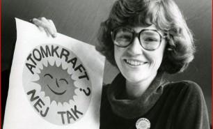 Miljøaktivisten Anne Lund fra Aarhus tegnede atomkraft-nej-tak-solen i 1975. Siden er det trykt i 35 millioner eksemplarer og udbredt til 45 lande.