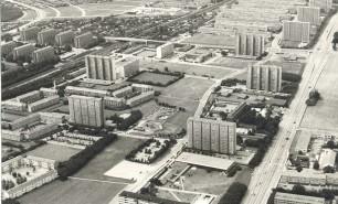 Almennyttige højhuse og lavere blokke adskilt af grønne omgivelser i de centrale dele af de nye forstæder blev det helt karakteristiske træk ved udbygningen af velfærdsforstæderne i Hovedstadsmetropolens vestegn. Her fra omkring 1960 langs Roskildevej i Rødovre og Brøndby Kommuner (Rødovre Lokalhistoriske Arkiv).