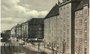 Storgårdskarrer , som Arbejdernes Andels Boligforenings afd. 11 på Frederiksberg fra 1919, blev  en af de mest fremherskende bebyggelsesformer i velfærdsstatens første boligbyggeri. I modsætning til det tidligere private spekulationsbyggeri var gårdrummet udlagt som et stort friareal med legepladser og små haveanlæg, lejlighederne var langt større og forsynet med både wc og brusebad. (Frederiksberg Stadsarkiv).