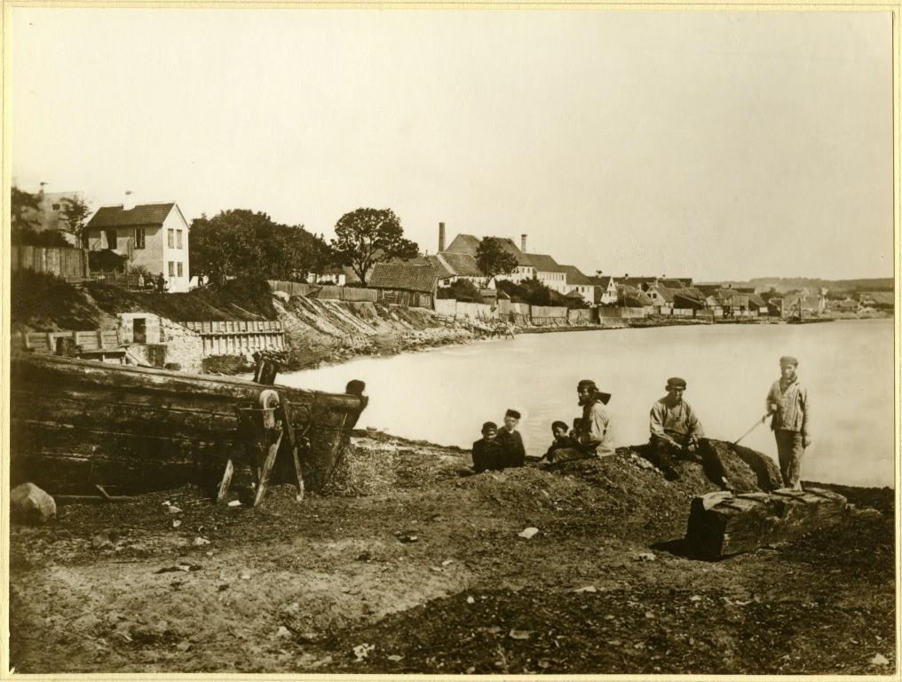 Billede fra ca. 1865 af en mand og nogle drenge på stranden bag Mejlgade.