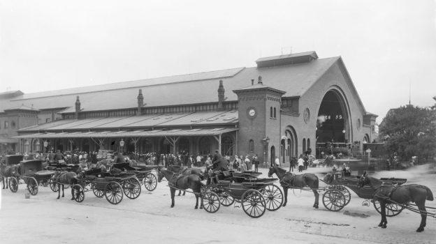 På en ganske almindelig hverdag står omkring 100.000 passagerer af og på deres tog på Københavns Hovedbanegård. Hovedbanegården og området omkring Bernstorffsgade/Vesterbrogade udgør i dag det lydlige bagtæppe for mange […]